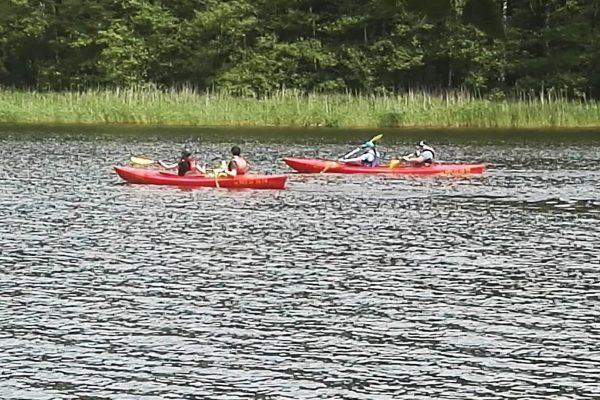 Ludzie płynący kajakiem na rzece Redze